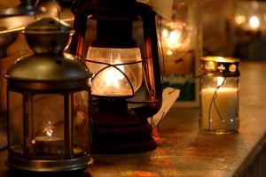 """15 décembre 2007: """"La lumière de Bethléem"""" apportée par une délégation scoute venue de Vienne (AUT) sera distribuée en France aux paroissiens qui souhaitent la partager pour Noël,  Corinne SIMON/CIRIC"""